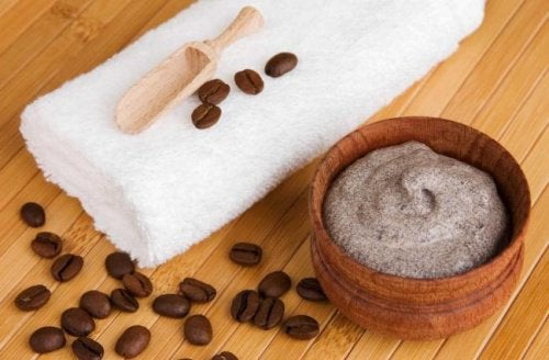 Zelfgemaakte crème van koffie en cacaoboter om spataderen tegen te gaan