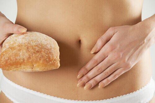 Vrouw houdt brood naast de darmen