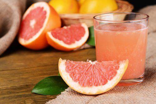 Grapefruitsap met een stuk grapefruit