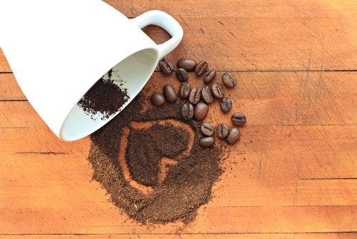 Zwarte koffie voor een platte buik