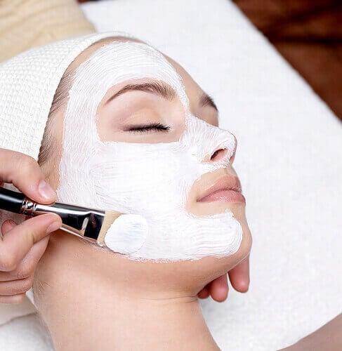 Vrouw krijgt een masker aangebracht