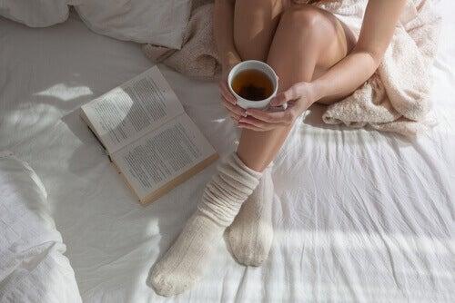 Met sokken aan op bed