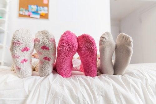 Drie paar voeten met sokken