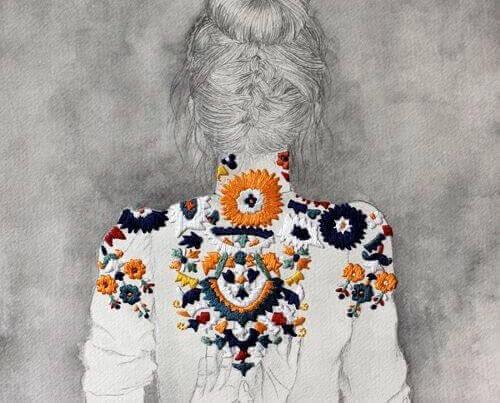 de rug van een vrouw