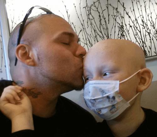 Vader kust zijn zoon
