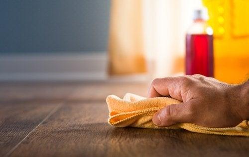 Hout schoonmaken met bijenwas en terpentine