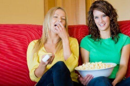 Vriendinnen met schaal popcorn