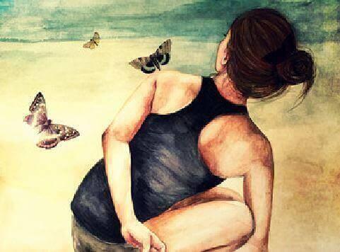 vrouw zit tussen vlinders