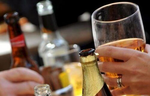 Glazen en flessen alcohol