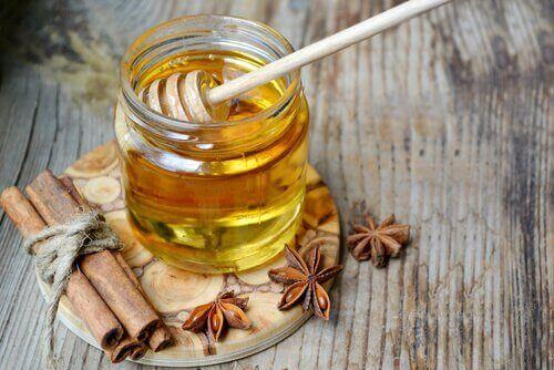 Warm water met honing: kan helpen bij gewichtsverlies