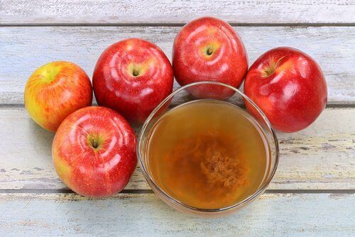 Appelazijn in glas met appels eromheen