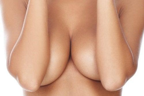 Mastitis kan een oorzaak van pijn in de borsten zijn