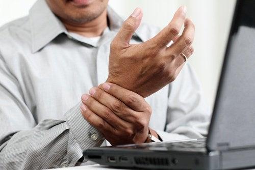 Pijn aan de pols door computerwerk