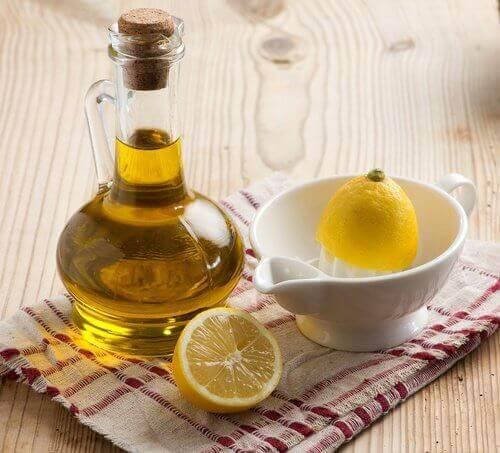 flesje olijfolie en een citroen