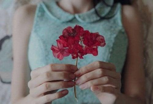 vrouw met rode bloem