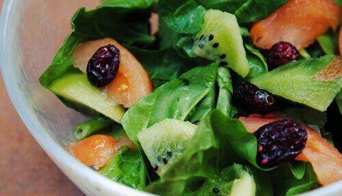 bakje salade met kiwi