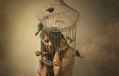 vrouw in een vogelkooi