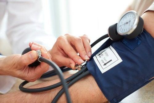Arts meet de bloeddruk van een patiënt
