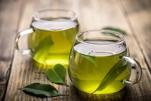 Twee koppen groene thee