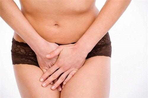 Vrouw met een urineweginfectie en buikpijn