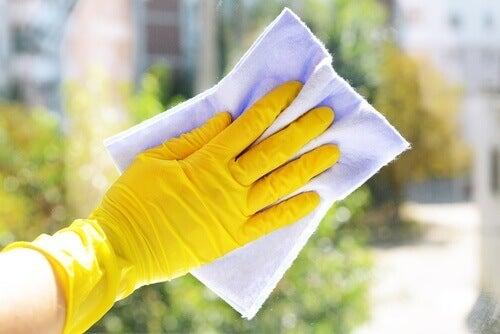 Je nagels niet beschermen bij bijvoorbeeld schoonmaken zorgt ervoor dat je nagels breken