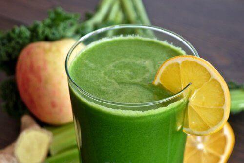 Sap van selderij en appel om nierstenen tegen te gaan