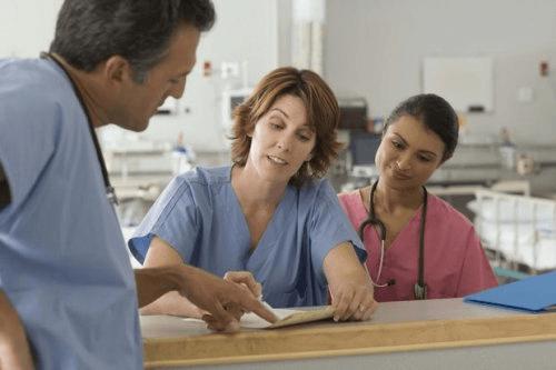 Artsen overleggen in een ziekenhuis