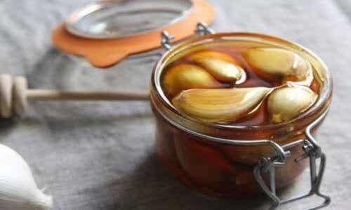 De mogelijke voordelen van knoflook en honing op de nuchtere maag