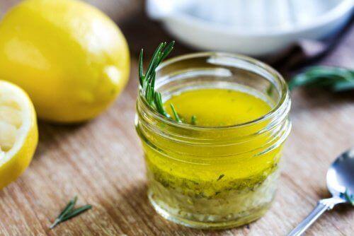 Een slok van dit mengsel van citroen en olijfolie verjongt en reinigt je lever