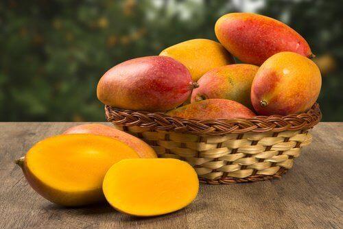 Een mandje mango's