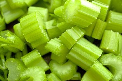 Selderij voor de ananas-selderijsmoothie
