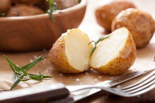 Voedingsmiddelen om je honger te stillen en die gezond zijn zoals gekookte aardappels