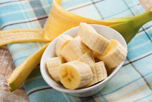 Een bakje met bananen