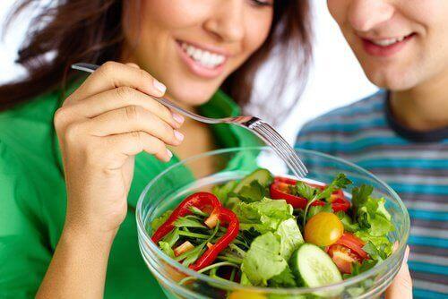 Gezond eten om strakkere borsten te krijgen