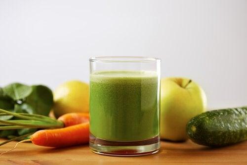 Smoothie van tomaat, komkommer en wortel om een hoge bloeddruk tegen te gaan