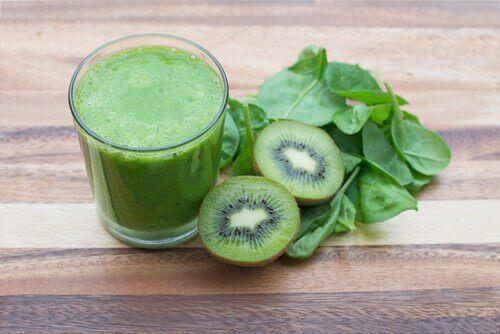 Smoothie van kiwi en spinazie en kropsla om een hoge bloeddruk tegen te gaan