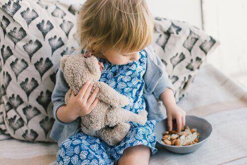 opvoeden met liefde etend meisje