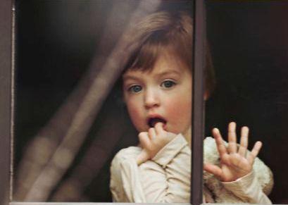opvoeden met liefde kindje kijkt uit het raam