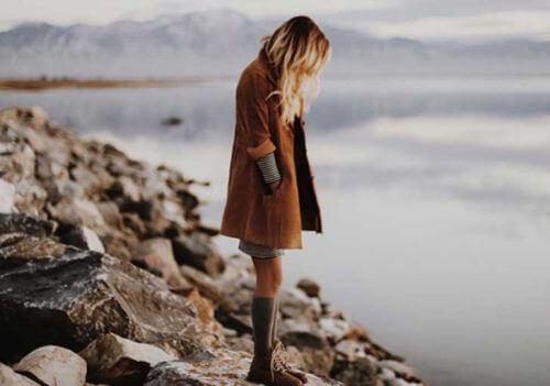 Vrouw op Rotsen