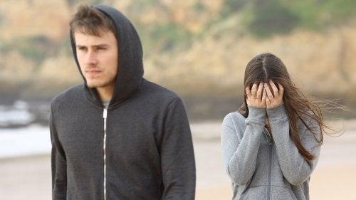 Man laat huilende vrouw achter