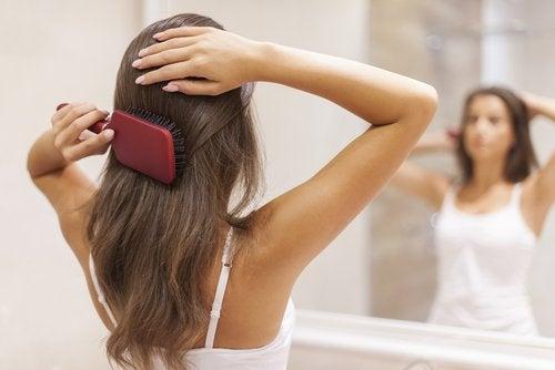 Kam je haar met de juiste borstel tegen gespleten haarpunten