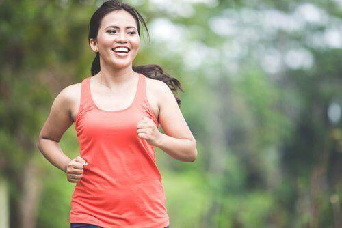 De 5 beste vetverbrandende aerobicsoefeningen die je thuis kan doen