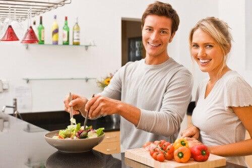 man en vrouw maken gezonde maaltijd