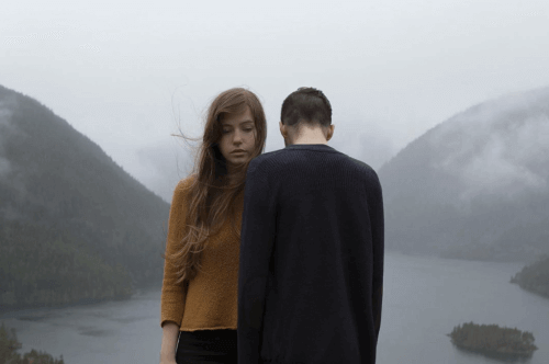 Man en Vrouw tussen Bergen