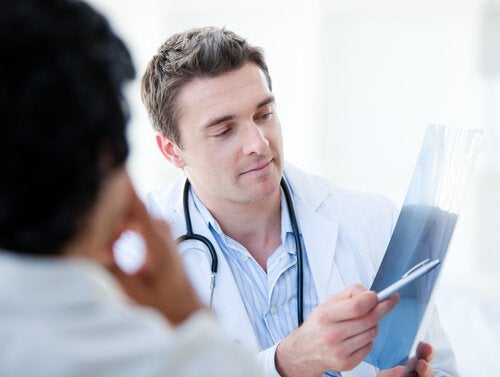 Arts bespreekt foto met patiënt