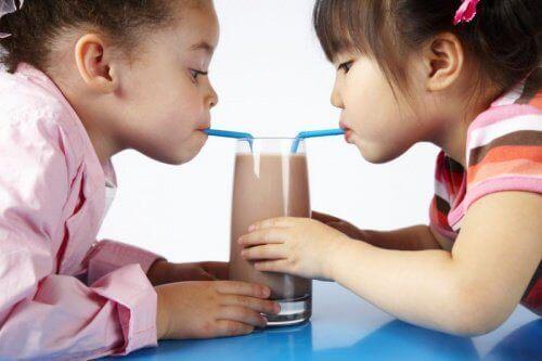 Kinderen drinken chocalademelk