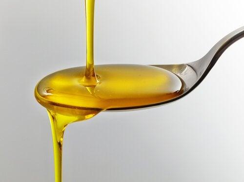 Omega 3-vetzuren in olie op lepel