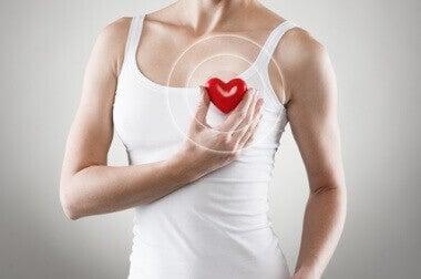 Vrouw houdt hartje tegen haar borst