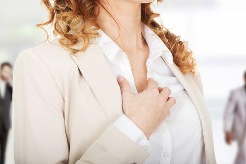 Vrouw legt hand op de borst