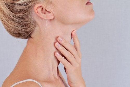 Vrouw met hand op de keel
